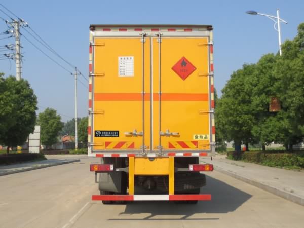 伟德手机客户端app重汽豪沃15吨易燃液体厢式运输车
